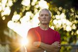 Portret sportowy starszy mężczyzna.