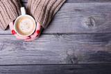 Kobieta trzyma kawę