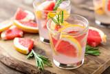 Orzeźwiający napój, koktajl grejpfrutowy i rozmaryn