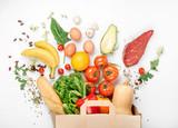 Pełna papierowa torba różny zdrowia jedzenie na białym tle