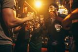 Ludzie w nocnym klubie korzystających z koktajli