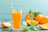 Sok pomarańczowy w szklanych i świeżych owoc z liśćmi na drewnianym tle, witamina napoju lub koktajlu ,.