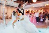 Szczęśliwa panna młoda i pan młody ich pierwszy taniec