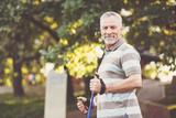 Przyjemny starszy mężczyzna utrzymuje zdrowego styl życia