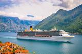 Piękny krajobraz śródziemnomorski. Statek wycieczkowy w pobliżu miasta Perast, Kotor bay (Boka Kotorska), Czarnogóra.