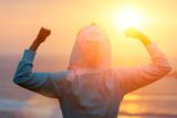 Tylny widok silni motywujący kobiety odświętności treningu cele w kierunku słońca. Poranny zdrowy sukces treningowy.