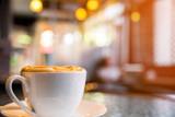 Filiżanka cappuccino w sklep z kawą
