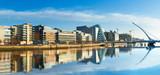 Nowoczesne budynki i biura na rzece Liffey w Dublinie