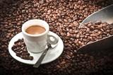 filiżanka kawy z fasoli na drewnianym stole