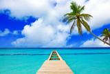 Perspektywiczny widok drewniany molo na morzu karaibskim.