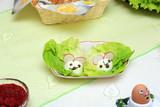 Śniadanie Wielkanocne na stole, wędliny, pieczeń i jajka.
