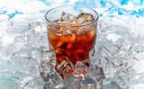 szklankę z napojem