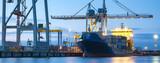 statki handlowe w porcie morskim