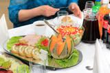 Jedzenie i picie na stole w restauracji, mięsa, warzywa, katering.