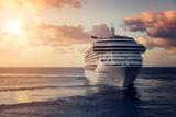 Luksusowy statek wycieczkowy opuszcza port przy zmierzchem