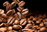 Spadające ziarna kawy. Ciemny tło z kopii przestrzenią, zakończenie