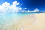 Piękna plaża w Okinawie i letnie niebo
