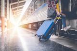 Samotna podróżnik czeka walizki czeka na pociąg na peronie dworca kolejowego w lecie. Sam koncepcja podróży.