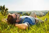 Obsługuje lying on the beach na trawie cieszy się pokojowego słonecznego dzień