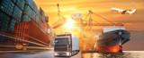 Logistyka i transport kontenerowego statku towarowego i samolotu cargo z roboczym mostem dźwigu w stoczni o wschodzie słońca, logistycznym imporcie eksportu i branży transportowej