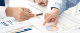 Ludzie biznesu dyskutuje pieniężnego dokument w spotkaniu