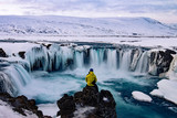 Awanturniczy mężczyzna w Godafoss, Islandia w zimie
