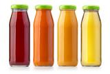 butelki soku pomarańczowego na białym tle
