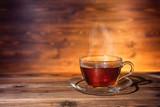 filiżankę herbaty na ciemnym tle drewniane, z bliska