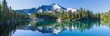 Wulkaniczna góra w świetle poranka odzwierciedlenie w spokojnych wodach jeziora.
