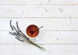 Filiżanka gorąca herbata i lawenda na białego drewnianego tła odgórnym widoku. Herbata ziołowa Gorący napój Nastrój Lawenda