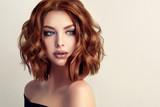 Piękna wzorcowa dziewczyna z krótkim włosy Kobieta z czerwonym kędzierzawym włosy. Czerwona głowa.