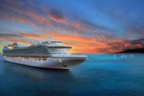 Luksusowy statek wycieczkowy żegluje przesyłać na wschodzie słońca