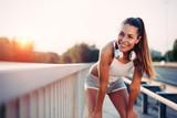 Portret kobieta bierze przerwę od jogging