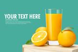 Szklanka świeżego soku pomarańczowego na drewnianych pudełko, świeże owoce Sok pomarańczowy w szkła z grupy na niebieskim tle z kopii Miejsce na tekst.