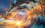 Kolorowy Ocean Wave. Woda morska w kształcie szczytu. Zmierzchu światło i piękne chmury na tle
