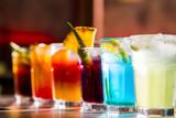 Zestaw różnych napojów alkoholowych i koktajli