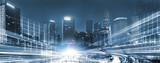 Panoramiczny widok Mega City z ruchu w nocy