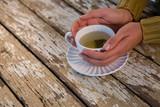 Cropped ręka kobiety mienia herbata