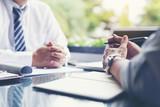 Biznesmeni i ich klienci negocjują umowę handlową.