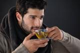 Rozważny mężczyzna ma filiżankę cytryny herbata