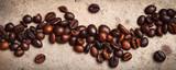Całe Kawowe fasole na textured ośniedziałym tle. Płaskie leżało