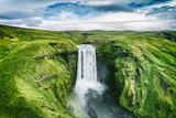 Iceland siklawa Skogafoss w Islandzkim natura krajobrazie. Sławne atrakcje turystyczne i punkt zwrotny miejsce przeznaczenia w Islandzkim natura krajobrazie na Południowym Iceland. Widok z lotu ptaka drone widok z góry wodospad.