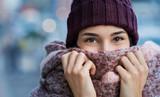 Kobieta czuje zimno w zimie