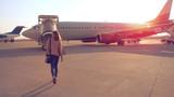 Kobieta idzie do samolotu na lotnisku