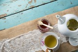 Wysokiego kąta widok miód imbirową herbatą w filiżance na burlap