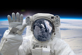 Astronauta na spacerze kosmicznym. Elementy tego obrazu dostarczone przez NASA