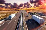 Samochody ciężarowe i autostrady Międzynarodowy transport i logistyka Rynek dociera do miejsca docelowego samochodem. Przemysł transportowy