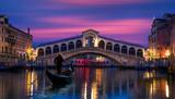 Gondola blisko kantora mosta w Wenecja, Włochy