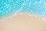 Morze Plaża i miękka fala błękitnego oceanu. Letni dzień i piaskowatej plaży tło.