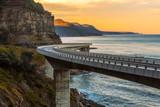 Zmierzch nad Dennym faleza mostem wzdłuż Australijskiego Pacyficznego oceanu